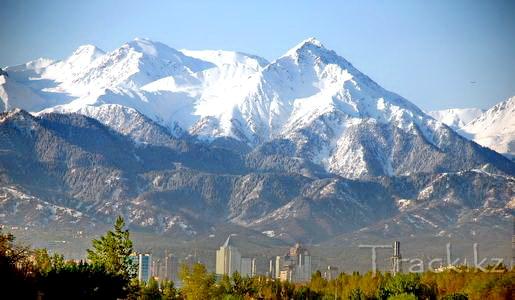 Вид большой алматинский пик с города